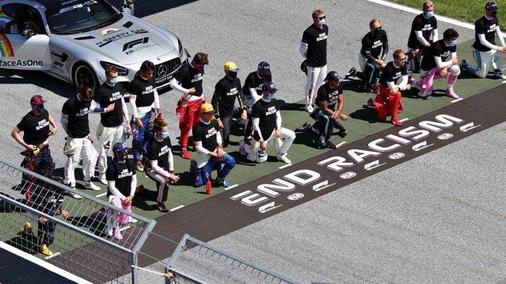 Российский пилот и еще пять гонщиков «Формулы 1» отказались встать на колени «против расизма»