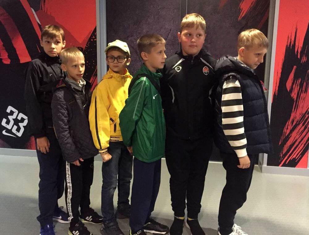 Юные футболисты на